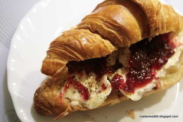 croissant na śniadanie