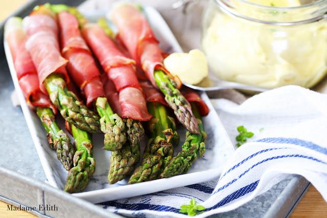 szparagi w szynce parmeńskiej