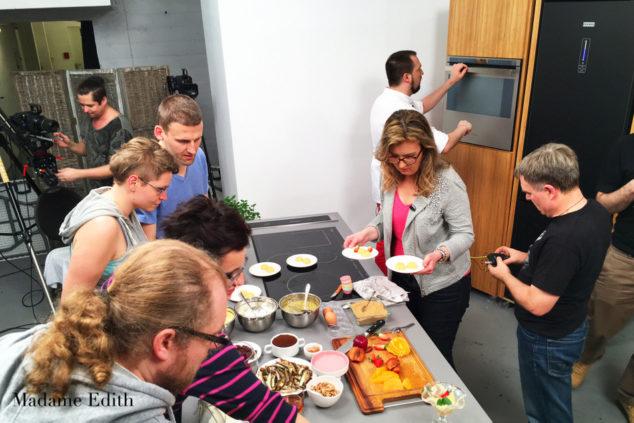 Backstage, ekipa po skończonej pracy dosłownie rzuciła się na jeszcze ciepłe desery (Fot. Monsieur)