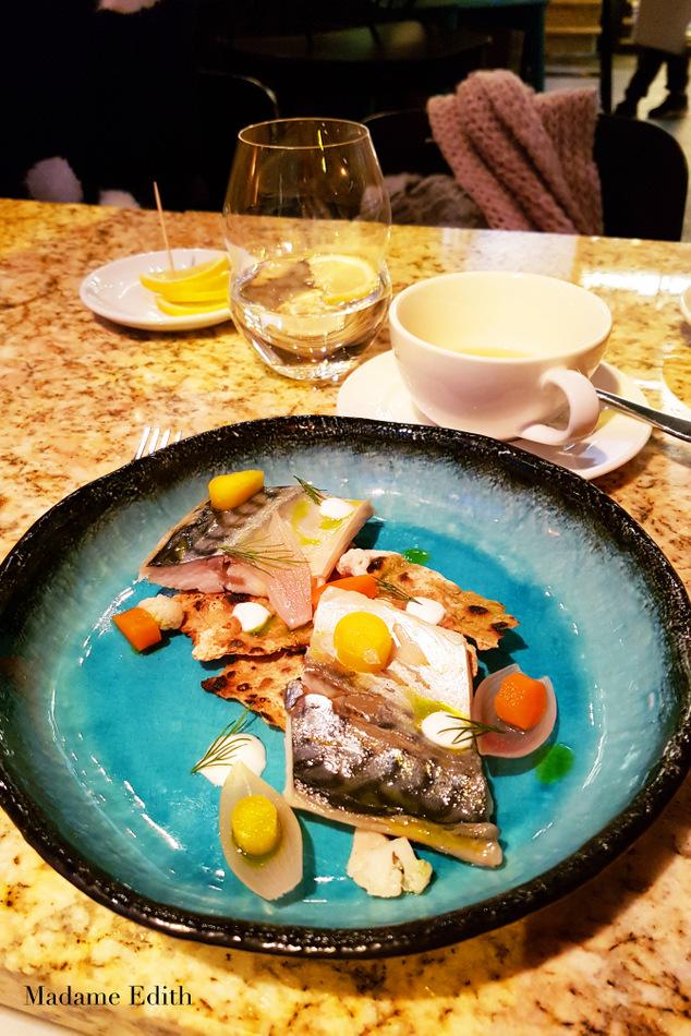 Foie Gras jest podane w formie parfait, opatulonego tym cudownym, niezdrowym ale jakże pysznym żółtym tłuszczykiem. Do wątróbkowego musu podane są świeże, lekko kwaskowe figi i wyraźniej słodki dżem figowy z odrobiną pachnotki (oxalisu) na wierzchu. Ten mix sprawia, że foie gras jest skontrowane niezwykle subtelnie bez dominacji żadnego ze smaków dodatków. Nie jest za słodko, nie jest za kwaśno – jest owocowo i w punkt!