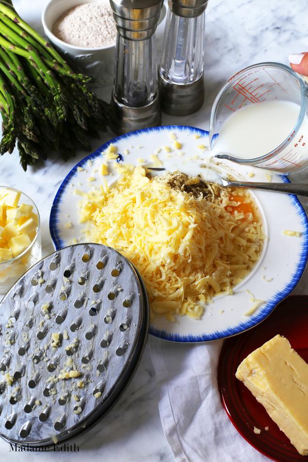 tarta ze szparagami i żółtym serem