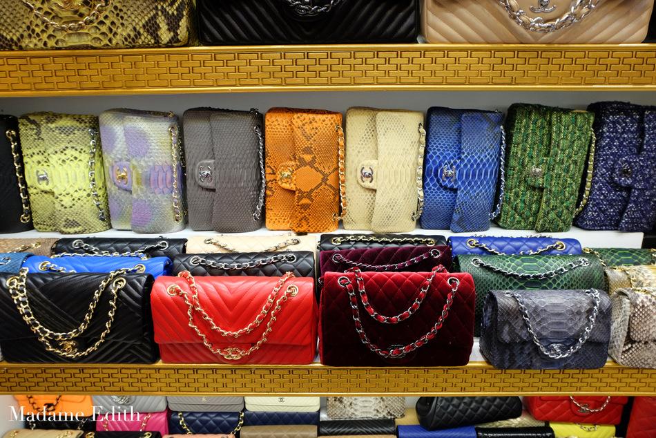621451107b63d Zaskoczył nas wielki bazar z masą legalnie działających sklepów z podróbkami  wszelkiej maści.
