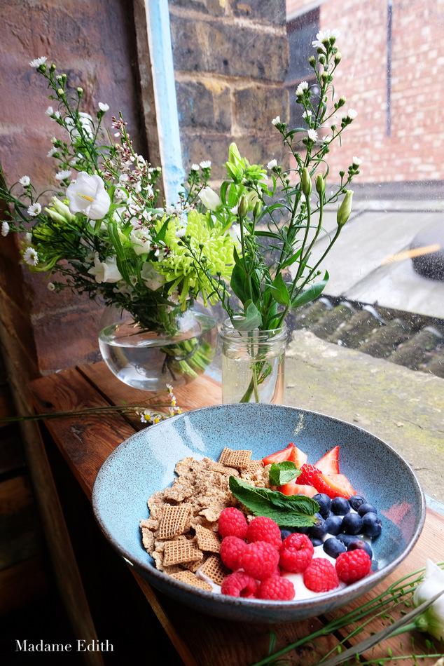 Wcześniej wiedziałam w zasadzie tyle, że płatki z owocami i produktem mlecznym na śniadanie to dobry i co najważniejsze zdrowy pomysł.