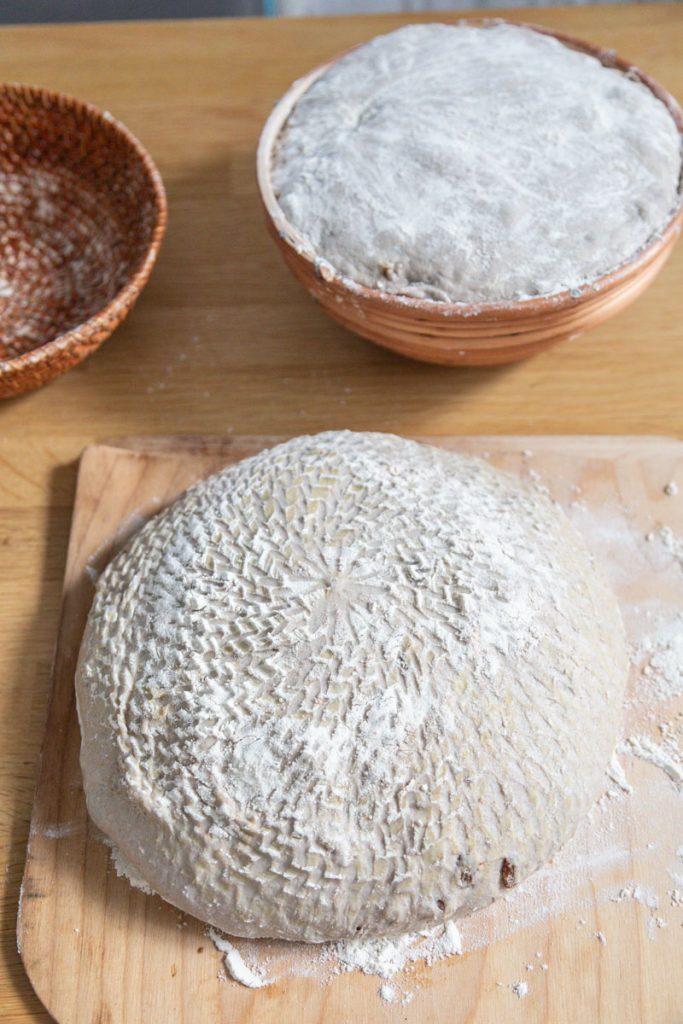 chleb z rodzynkami i orzechami