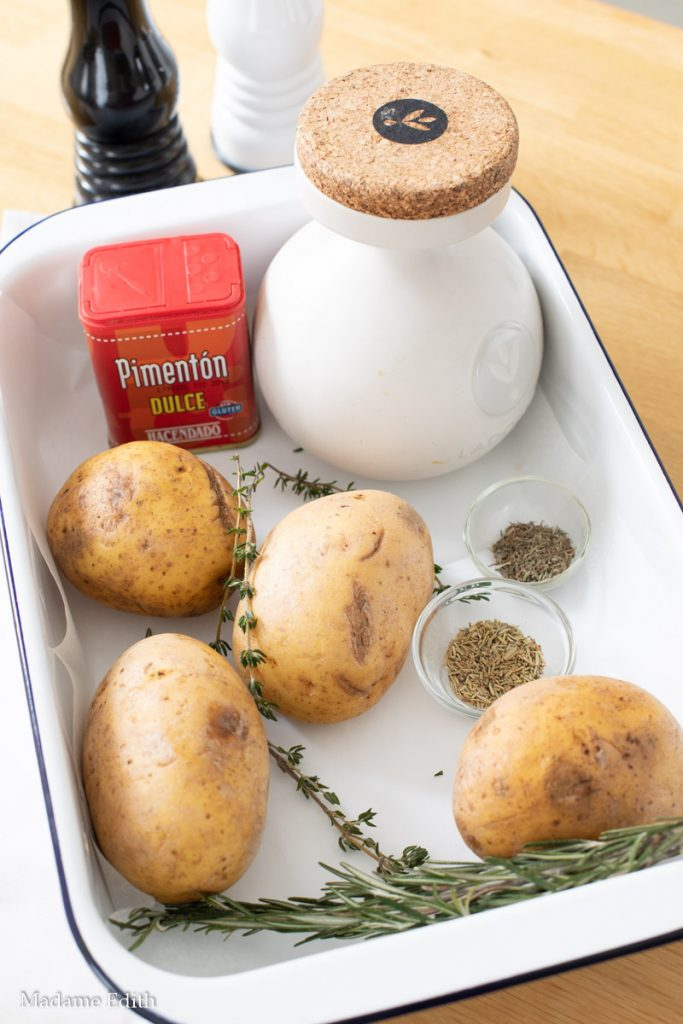 Ziemniaki Hasselback. Najlepszy przepis na pyszne bo pieczone w naczyniu żaroodpornym ziemnaki Hasselback z masłem, oliwą i rozmarynem.